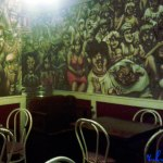 """Interior de """"Olé"""" con sus molones murales."""