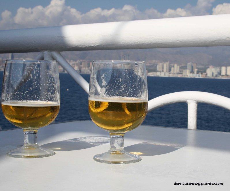 cervecitas en la terraza de la isla de benidorm
