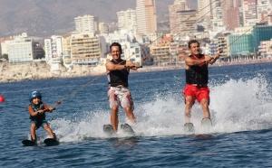 Aquí Humberto, casi con 80 años, esquiando sobre el mar con su hijo y su n ieto