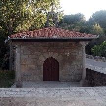 La Ermita junto al puente está dedicada a San Antonio. Dicen que se levantó para honrar a los victoriosos Reyes Católicos tras la toma de Granada.