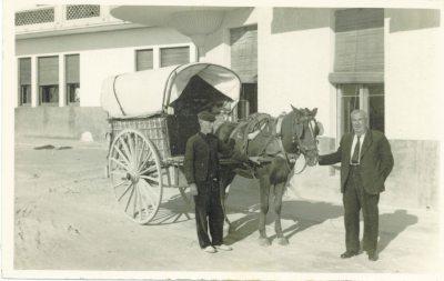 Don Pedro Cortés en 1929 junto a la diligencia que llevaba turistas