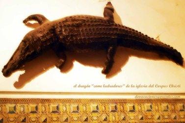 """El """"dragón"""" petrificado entre frescos que narran la vida de Jesús en la iglesia"""
