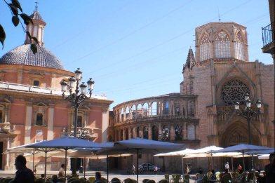 Plaza de la Virgen, con la iglesia de los desamparados y la catedral al fondo