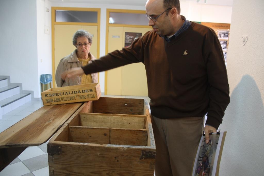 El cronista Bernardo mostrando los cajones fabricados para vender el turrón por los pueblos.
