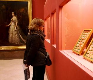 Al fondo, retrato de Isabel II en una de las salas del museo