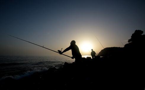 Pescar con caña junto al mar y evadirte ante el gran azul