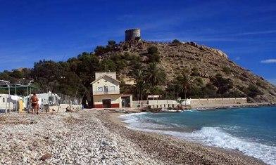 El cerro de la Malladeta con la Torre-Oficina del doctor en su cima, en una foto tomada desde la playa El Paraiso.