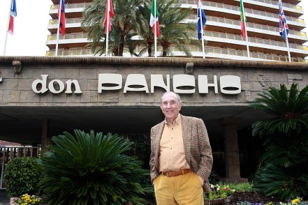 Don Manuel Torrubia junto a su hotel