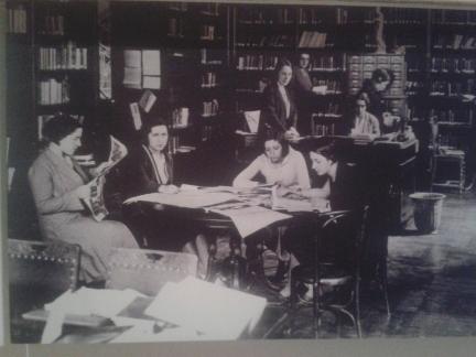 Tertulia de mujeres en la Residencia de Estudiantes para señoritas de María de Maeztu