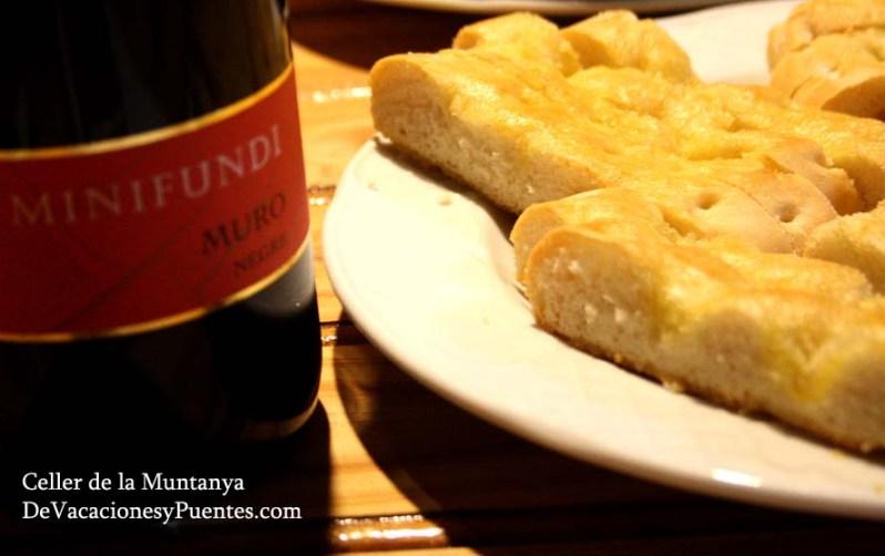 """La Cata la acompañan con un almuerzo alicantino a base de embutidos de la montaña, cocas y """"pa de forner"""", hoy un pan de aceite riquísimo que antaño se utilizaba para enfriar el horno como una masa """"pobre""""."""