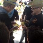 El presidente de la Comisión de Fiestas de San Isidro vendiendo papeletas de la rifa del burro