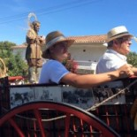En el carro que porta el Santo pueden verse fotografías de los años 60 y 70 con las primeras romerías