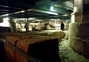 Subsuelo de la iglesia de Santa Eulalia con restos de casas y de una necrópolis romana