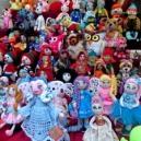 Muñecos hechos de lana a mano