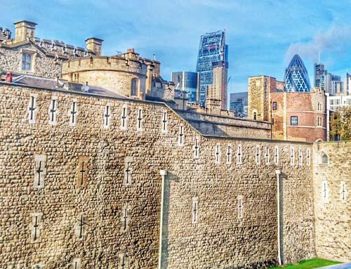 La fortaleza denominada Torre de Londres, donde se guardan las joyas de la Corona. Al fondo