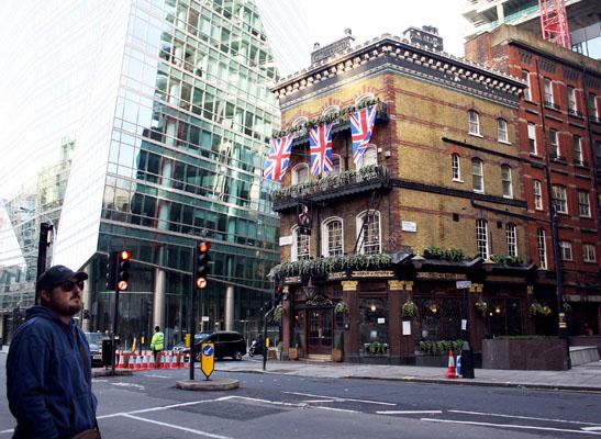 El mítico pub del siglo XIX que ha sobrevivido intacto a los bombardeos de la II Guerra Mundial y el desarrollo de la calle a base de modernos edificios acristalados