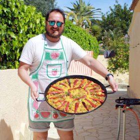 Carlos en la casa de Verónica con su paella