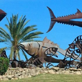 Esculturas en rotonda de entrada a Moraira